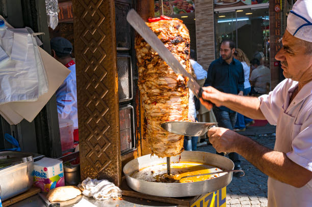 turkse kebab chef-kok, koken op grand bazaar - eminonu district stockfoto's en -beelden
