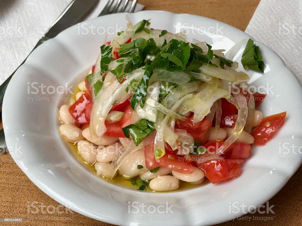 Salada de feijão Turco Piyaz com cebola e tomate. - Foto de stock de Alimentação Saudável royalty-free