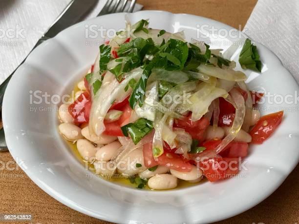 Foto de Salada De Feijão Turco Piyaz Com Cebola E Tomate e mais fotos de stock de Alimentação Saudável