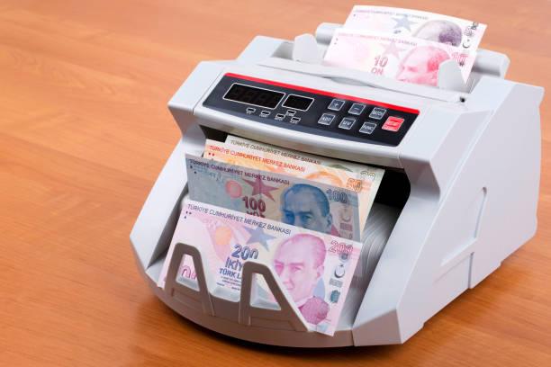 Türkische Lira in einer Zählmaschine – Foto