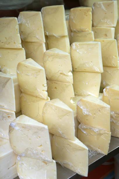 türkische alter käse - alte kashar - wie alt werden kühe stock-fotos und bilder