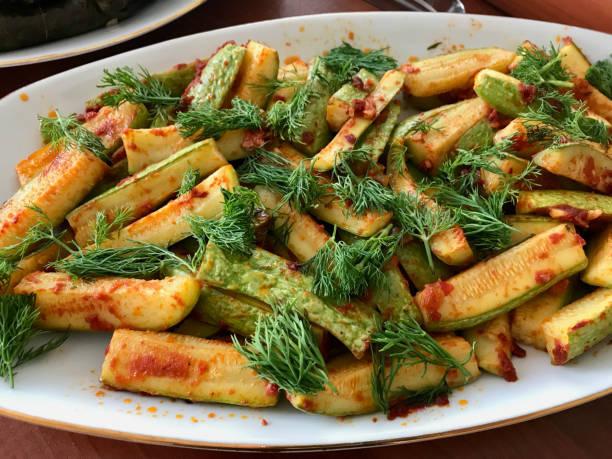O alimento de azeite Turco fatiou fatias do Zucchini com Dill e molho da pasta de tomate. - foto de acervo