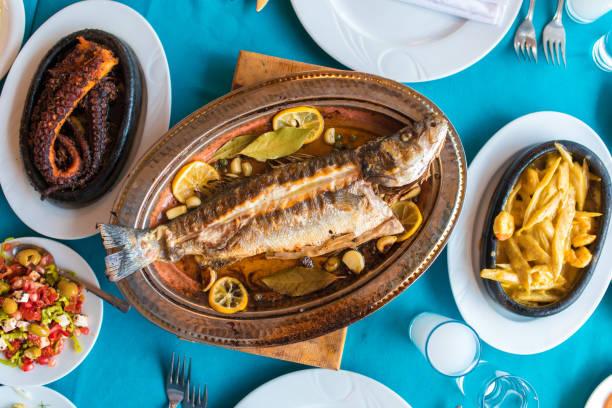 터키 또는 그리스 레스토랑 테이블과 최고 전망에서 음식 저녁 식사 요리 문화. 레스토랑에서 는 전통적인 그리스 우조 또는 터키 라키와 그릴 또는 튀긴 생선과 전채 를 레스토랑에서 저녁 식� - 무글라 주 뉴스 사진 이미지