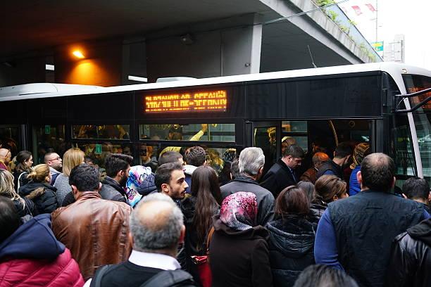 Türkische Volk boarding die metrobus – Foto