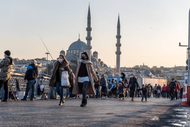 турецкий народ в защитных масках и гуляет на улице - стамбул стоковые фото и изображения