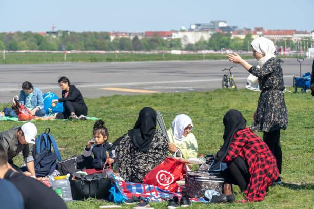 picnic turco en el parque tempelhof en berlín - lunes de pascua fotografías e imágenes de stock