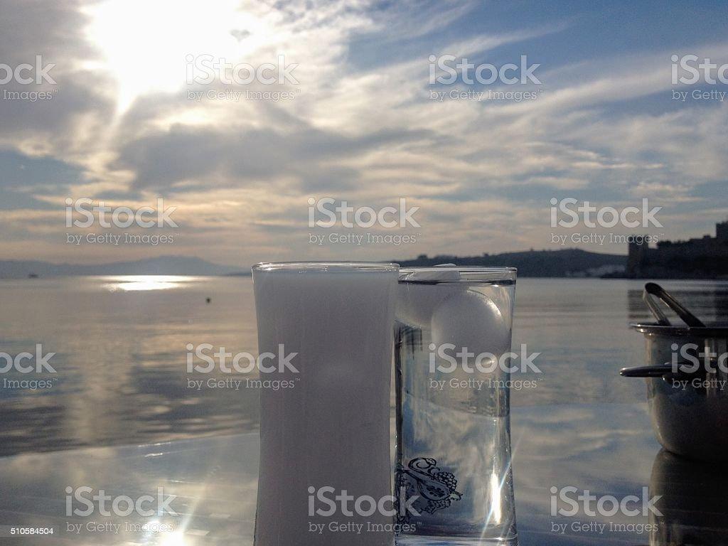 Raki turco con splendida vista sul mare - foto stock