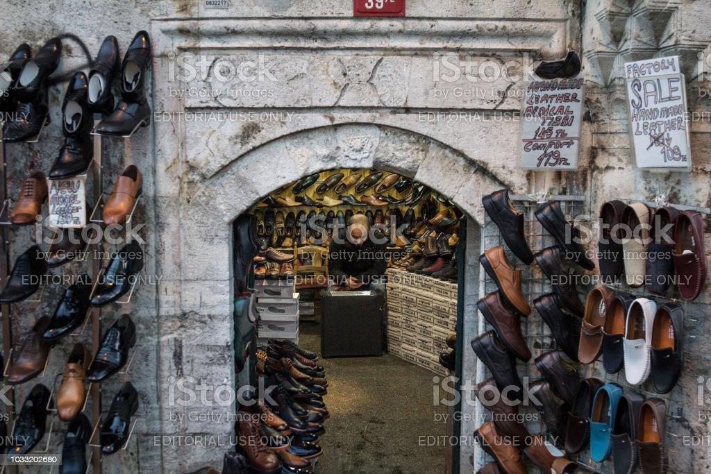 Türkische Verkäufer Ausruhen Und Überprüfung Sein Smartphone