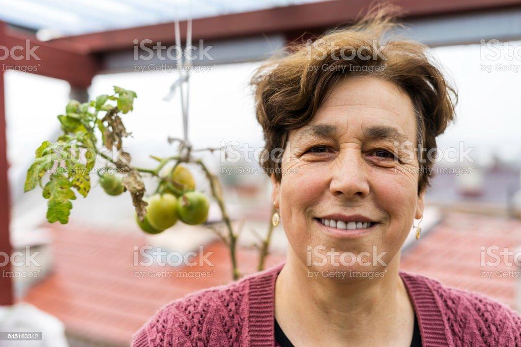 Senior Türkin Portraid mit Gier Tomaten – Foto