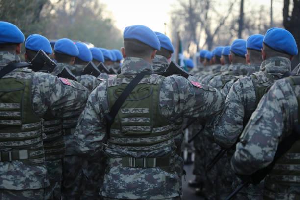 turkse soldaten houden mpt 76 geweren - turkse etniciteit stockfoto's en -beelden