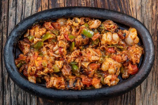 turkiska street food kokorec görs med får tarm kokt i vedeldad ugn. kokorec kebab gryta. - kokoreç bildbanksfoton och bilder