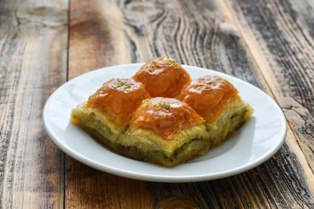 Türk tatlı baklava plaka üzerinde. stok fotoğrafı