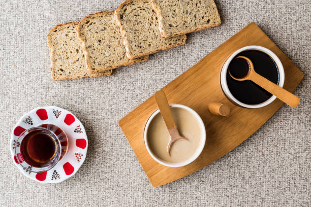 turkiska tahin pekmez / tahini och melass med te. - remmar godis bildbanksfoton och bilder