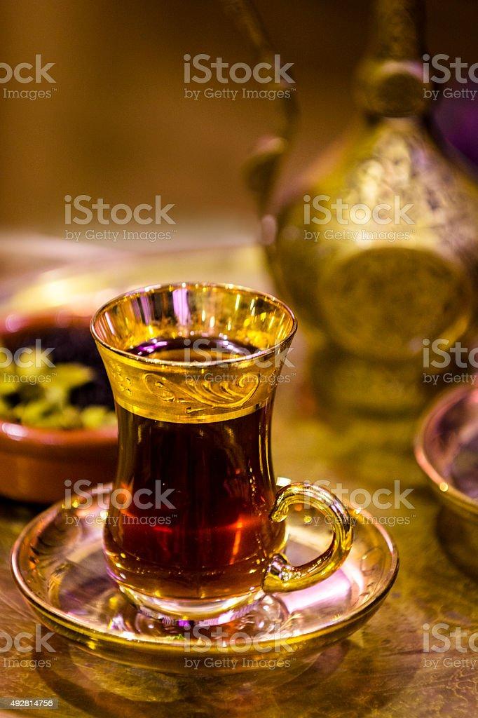 Türkischer Tee Und Glasteekanne Serviert In Traditionellem Stil ...