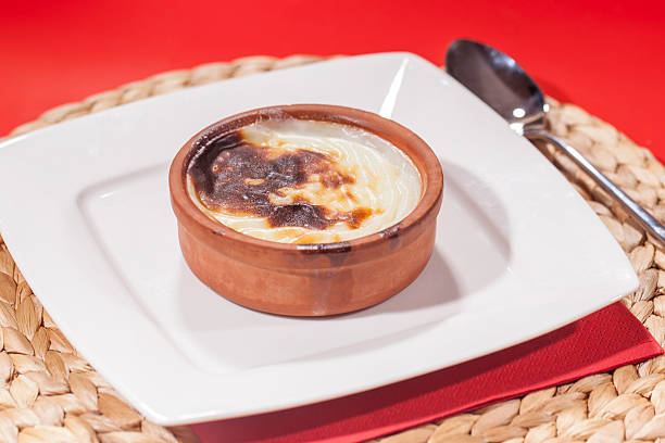 traditionelle türkische dairy-reispudding (sutlac - crock pot süßigkeiten stock-fotos und bilder