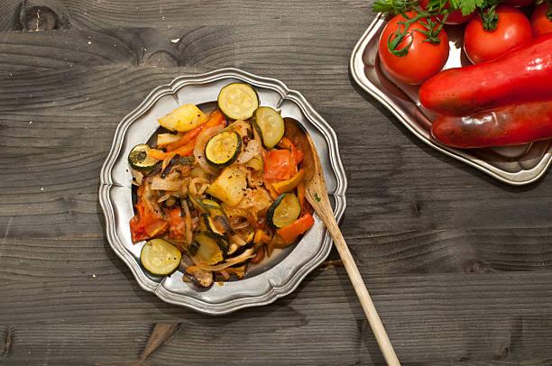 turlu, typische gericht der türkischen küche, die auf gemüse - ofengemüse mit feta stock-fotos und bilder