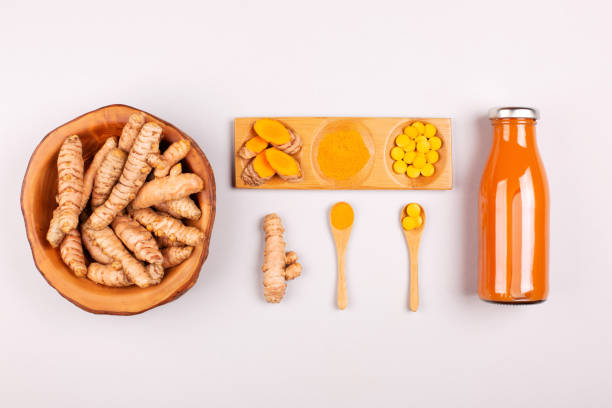 kurkuma unter verschiedenen bedingungen: frische, trockene wurzel, pillen, pulver und geschnitten pflanze. - immunsystem stärken stock-fotos und bilder