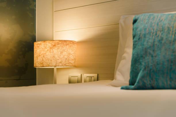 Am Nachttisch im Schlafzimmer an der Nachttielle einschalten – Foto