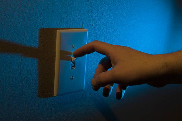 éteindre les lumières avec doigt - commutateur photos et images de collection