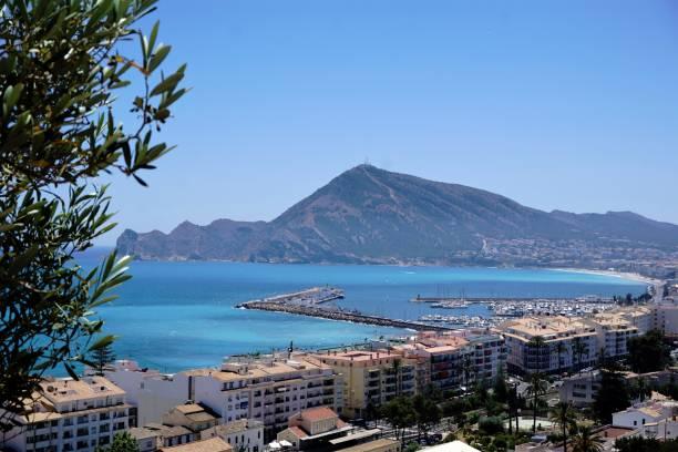 Turquois Mediterráneo y el puerto de Altea - foto de stock
