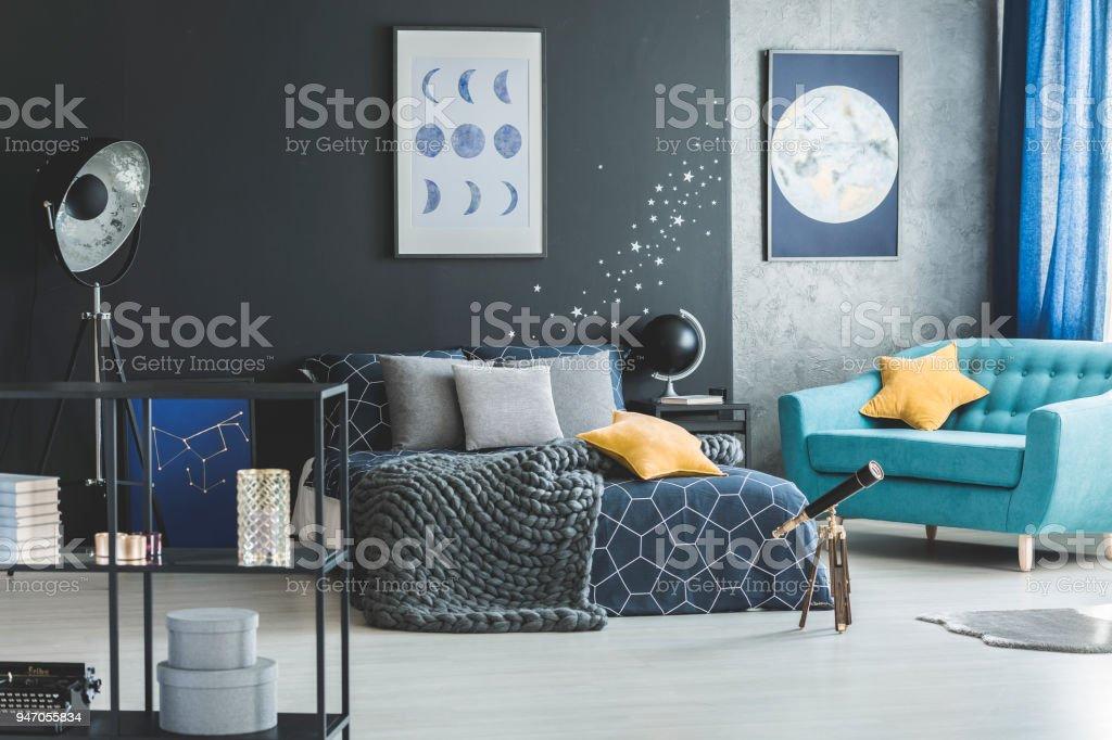 Türkisfarbene Sessel Im Schlafzimmer Innenraum Stockfoto und ...