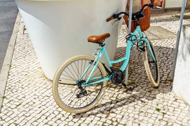 Vélo turquoise sur la rue Portugais - Photo