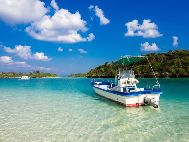 turquoise blauwe wateren in kabira bay - rondvaartboot stockfoto's en -beelden