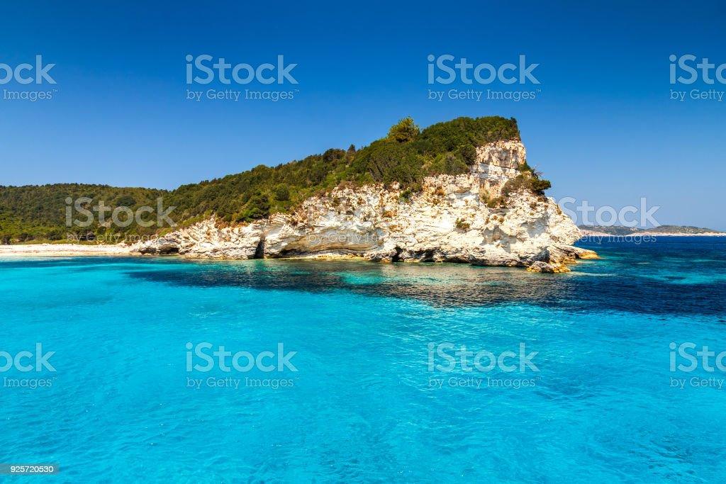 Ilha Costa turquesa de Antipaxos perto de Corfu. - foto de acervo
