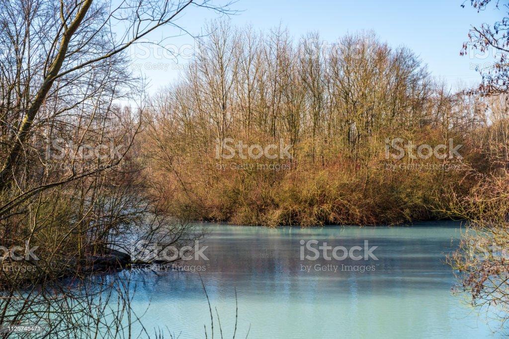 Türkis farbigen Teich im Winter an einem sonnigen Tag – Foto