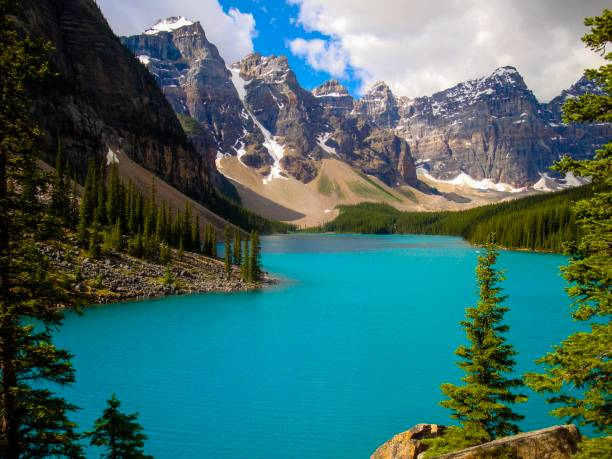 A turquoise laek in front of a mountain scenery Türkis gegerbten See vor einer Berglandschaft moraine lake stock pictures, royalty-free photos & images