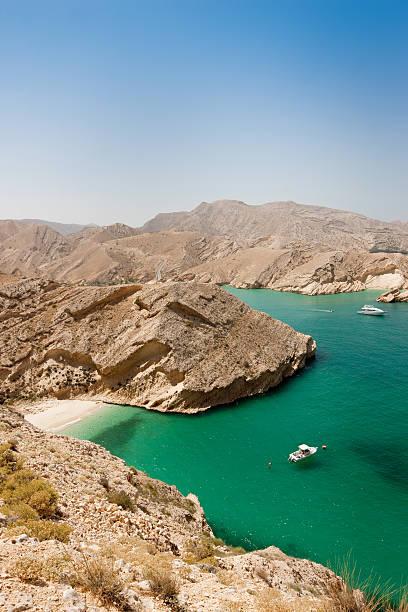 бирюзовые лагуны оман побережье с потайными красивый пляж - oman стоковые фото и изображения