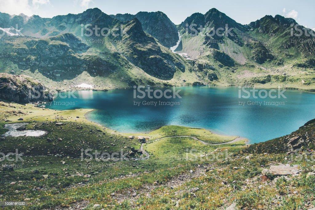 Türkis-See und die Berge reichen Landschaft Sommer Reisen heiter Luftbild – Foto