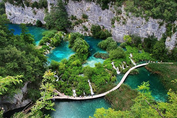 türkisfarbene see mit waterfals in plitvica - nationalpark plitvicer seen stock-fotos und bilder