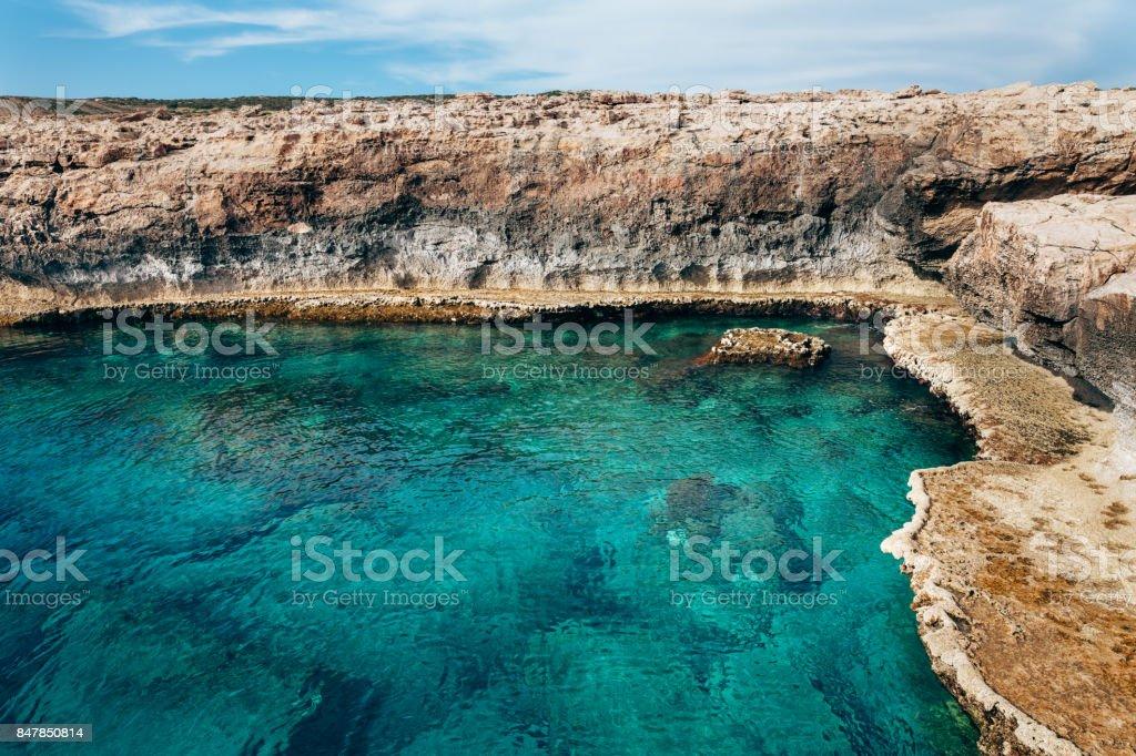 Türkisfarbene Mittelmeerküste am Kap Greco auf Zypern – Foto