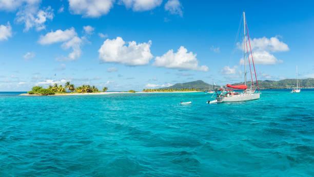 Türkises Meer und vorAnkeryachten in der Nähe von Carriacou Insel, Grenada, Karibisches Meer – Foto