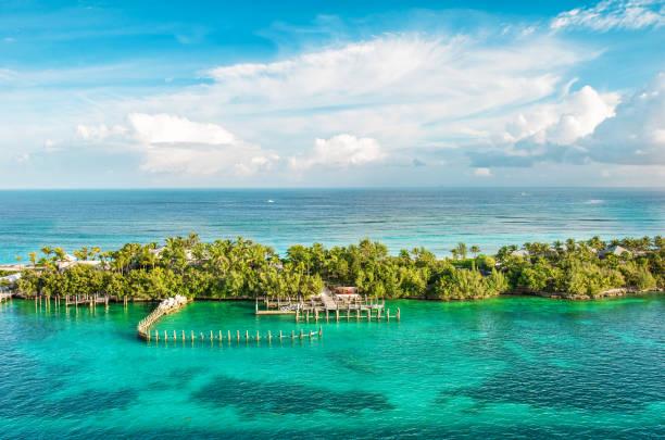 turquoise zee water bewolkte blauwe hemel natuur landschap caribische zee - nassau new providence stockfoto's en -beelden