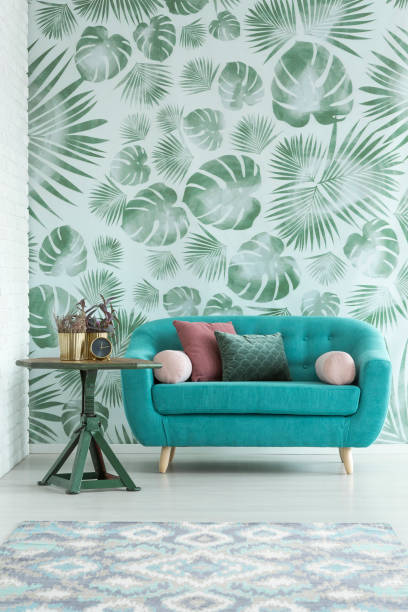 türkisfarbenes sofa im innenraum - hellrosa zimmer stock-fotos und bilder