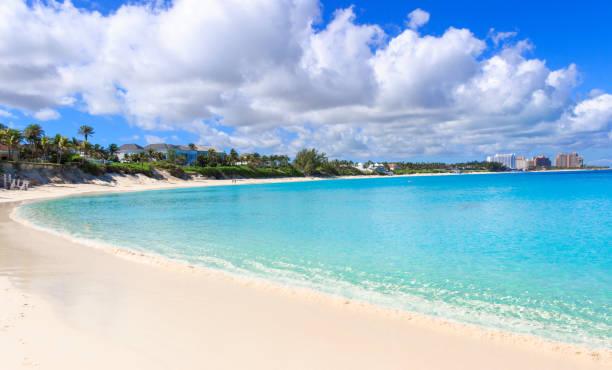 turquoise water van de caribische zee in nassau, bahamas - nassau new providence stockfoto's en -beelden