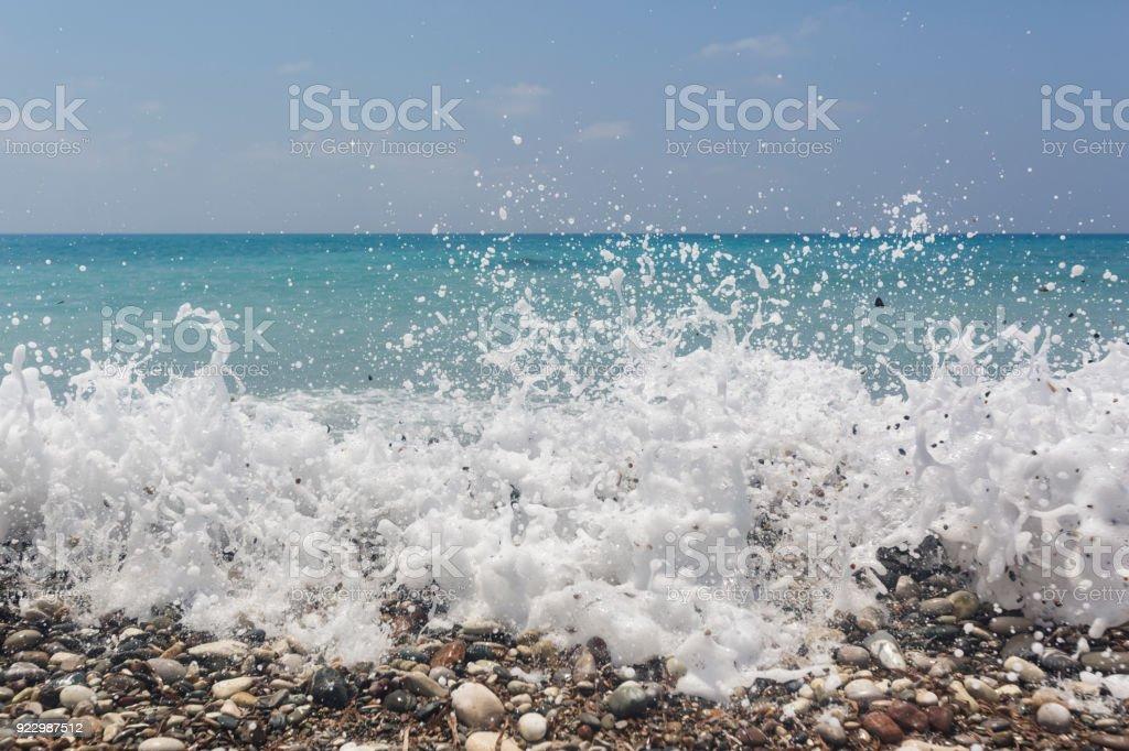 Onda color turquesa. Playa cerca de piedra de Afrodita. Mediterráneo de Chipre - foto de stock