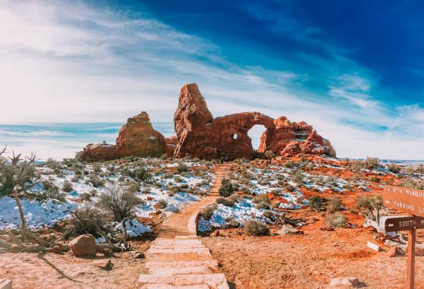 torentje boog in het arches national park, utah. - moab utah stockfoto's en -beelden