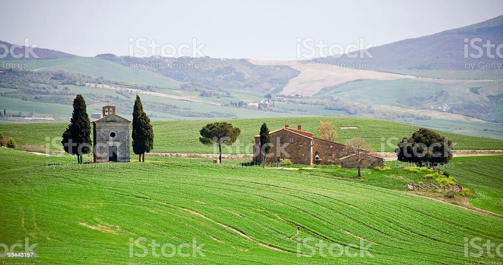 Toskanische Bauernhaus und kleine church Lizenzfreies stock-foto