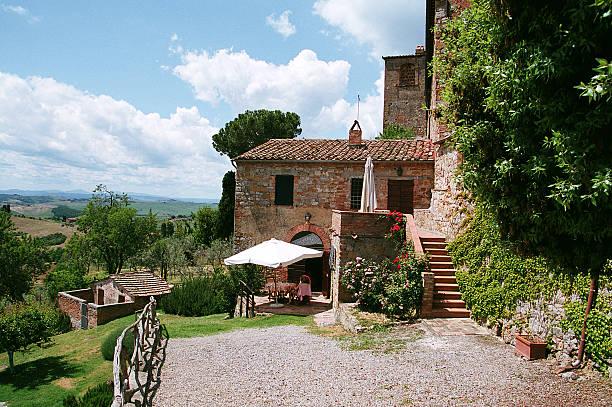 toskanische ferienhaus mit blauer himmel kies courtyard - ferienhaus toskana stock-fotos und bilder