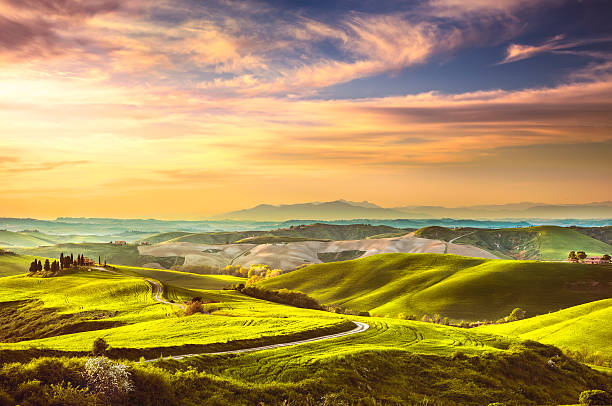 La Toscane au printemps, collines ondoyantes au coucher du soleil. Paysage Rural. Vert - Photo