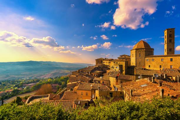 toscane, volterra skyline van de stad, kerk en panorama op de zonsondergang bekijken. italië - pisa stockfoto's en -beelden