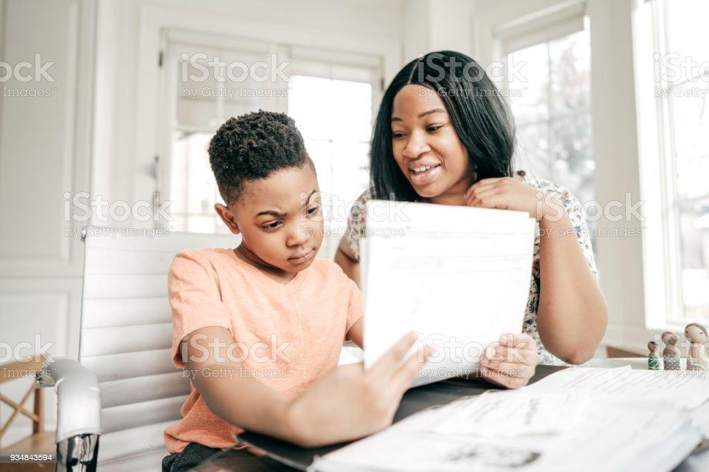 숙제 돕는 교사 - 로열티 프리 2명 스톡 사진