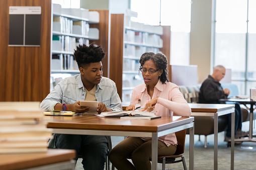 Tutor Ayuda Al Estudiante A Estudiar Para La Prueba Foto de stock y más  banco de imágenes de Adolescencia - iStock