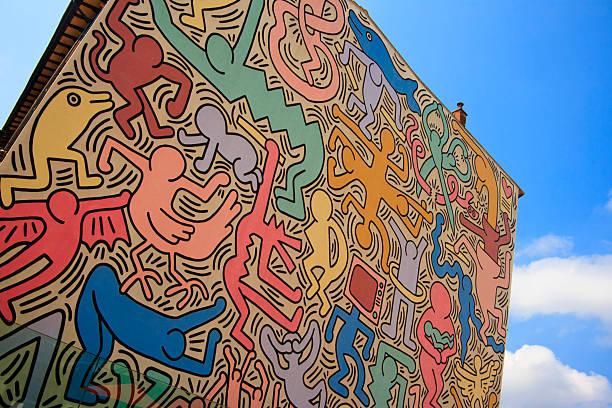 tuttomondo (keith haring mural), pisa, italy - pisa stockfoto's en -beelden