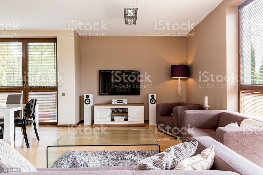 Tv living room open to a dining area foto stock royalty-free
