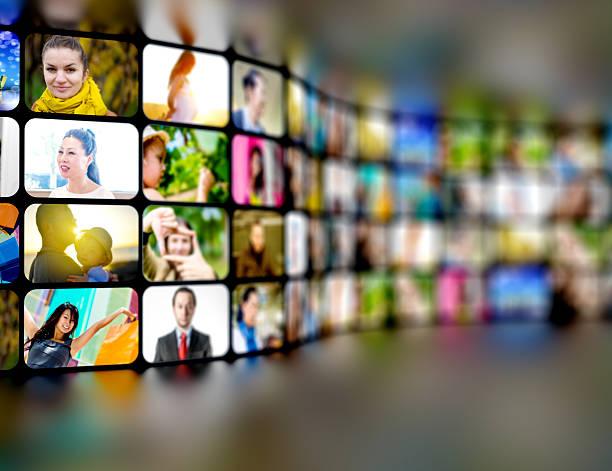 テレビスクリーン、ビデオスティルス多くの人々を示す - 沢山の物 ストックフォトと画像