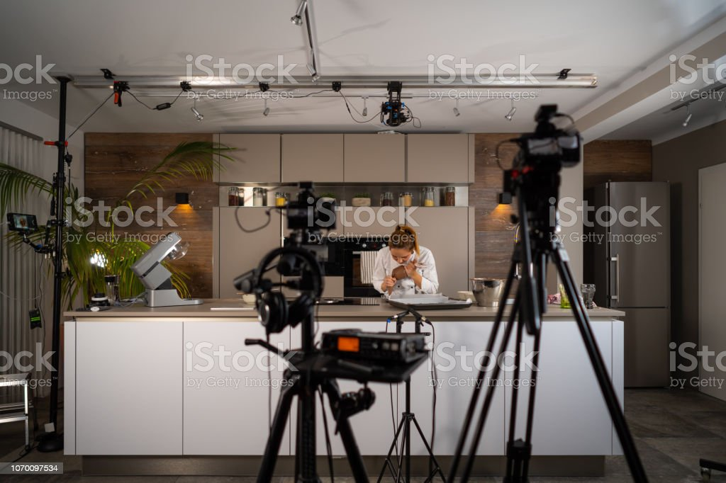 preparando galletas de mujer cocinero estudio cocina televisor - foto de stock